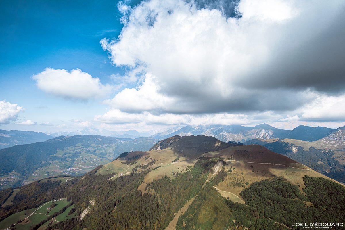 Montagne de Sulens Bornes-Aravis en Vol parapente - Haute-Savoie Alpes Montagne Outdoor French Alps summit Mountain Paragliding fly paraglider flying clouds