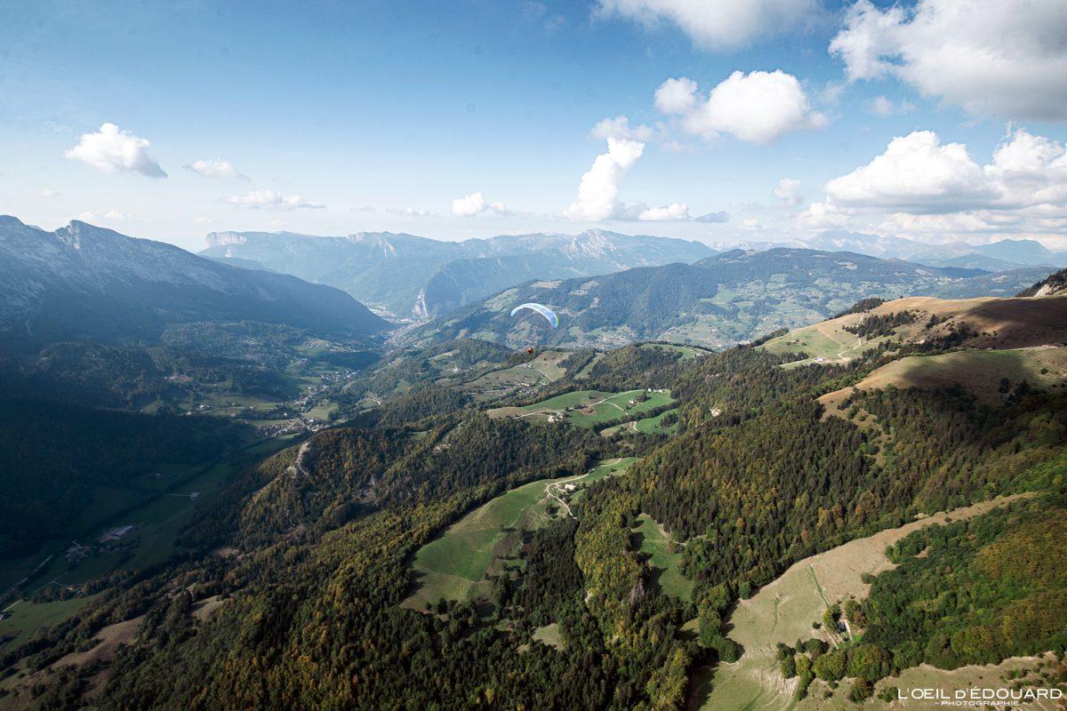 Vol parapente Bornes-Aravis Haute-Savoie Alpes Paysage Montagne Outdoor French Alps Mountain Landscape Paragliding fly paraglider flying