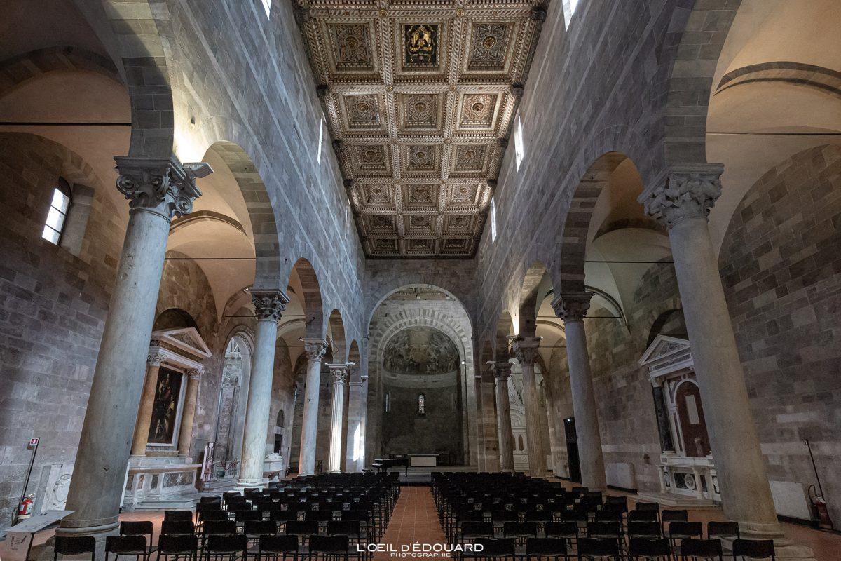 Nef Intérieur Église de Lucques Toscane Italie Voyage Tourisme - Chiesa Santi Giovanni e Reparata Lucca Toscana Italia Travel Italy Tuscany Italian church architecture