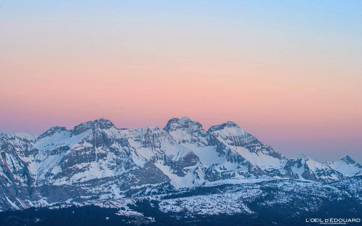 Crépuscule sur la Chaine du Bargy depuis le sommet du Môle - Massif du Chablais Haute-Savoie Alpes France Randonnée Montagne Paysage Outdoor French Alps Mountain view Landscape Sun Sunset colors